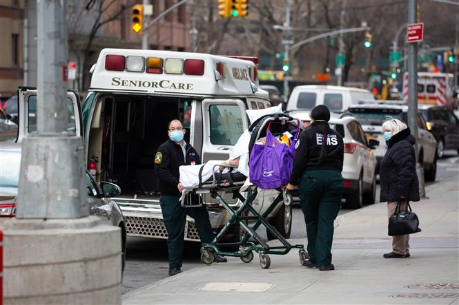 Nhân viên y tế chuyển bệnh nhân COVID-19 tới trung tâm y tế ở New York, Mỹ, ngày 8-1-2021. Ảnh: THX/ TTXVN