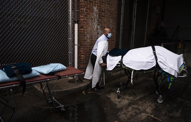 Chuyển thi thể bệnh nhân COVID-19 vào nhà xác tại một bệnh viện ở Baltimore, bang Maryland, Mỹ ngày 24-12-2020. Ảnh: AFP/TTXVN