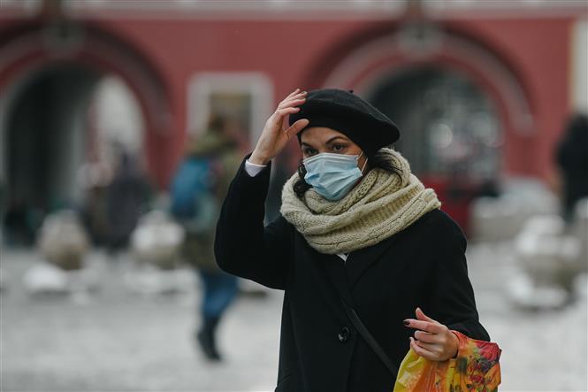 Người dân đeo khẩu trang phòng COVID-19 tại Moskva, Nga. Ngày 7-1-2021. Ảnh: THX/TTXVN