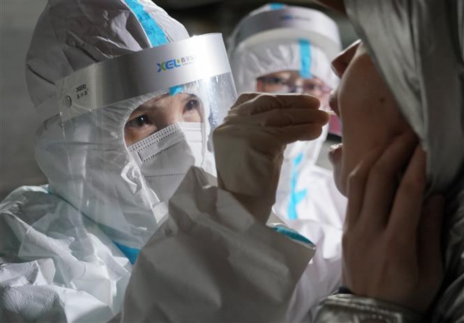 Nhân viên y tế lấy mẫu xét nghiệm COVID-19 tại tỉnh Hà Bắc, Trung Quốc, ngày 7-1-2021. Ảnh: THX/TTXVN