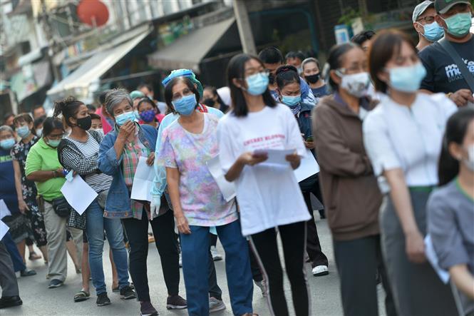Người dân xếp hàng chờ xét nghiệm COVID-19 tại tỉnh Samut Sakhon, Thái Lan, ngày 22-12-2020. Ảnh: THX/ TTXVN