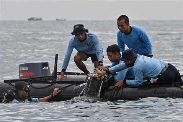Thợ lặn thuộc các lực lượng hải quân tìm kiếm các mảnh vỡ chiếc máy bay gặp nạn tại vùng biển gần đảo Lancang, Indonesia, ngày 10-1-2021. Ảnh: AFP/TTXVN