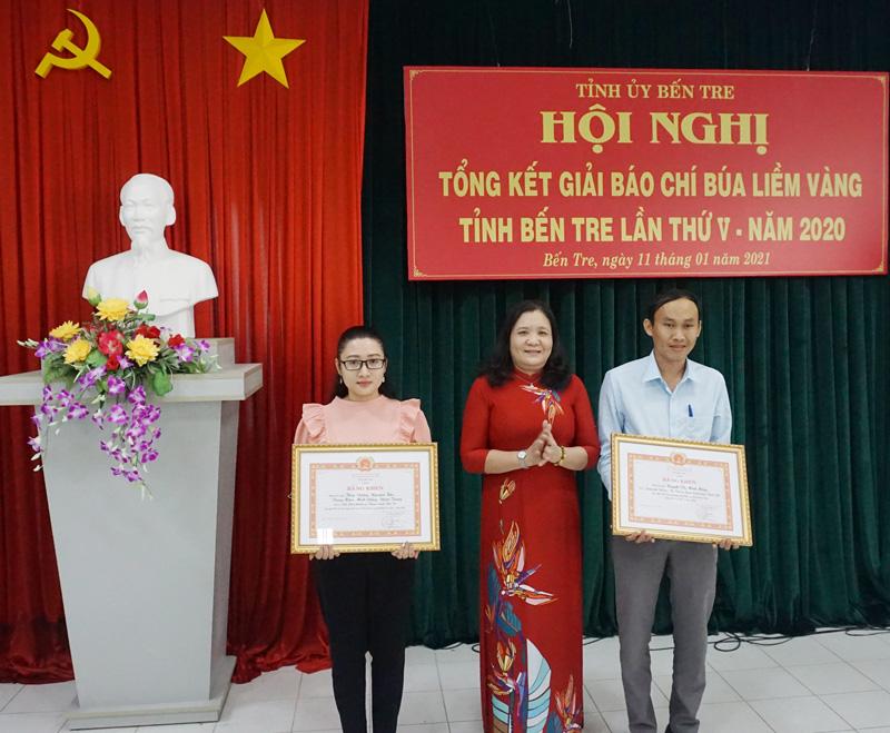 Phó bí thư Thường trực Tỉnh ủy Hồ Thị Hoàng Yến trao bằng khen của Tỉnh ủy cho các tác giả.