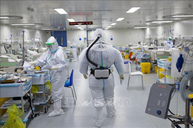 Nhân viên y tế làm việc tại bệnh viện điều trị cho các bệnh nhân nhiễm COVID-19 ở Vũ Hán, tỉnh Hồ Bắc, Trung Quốc, ngày 20-3-2020. Ảnh: THX/ TXVN