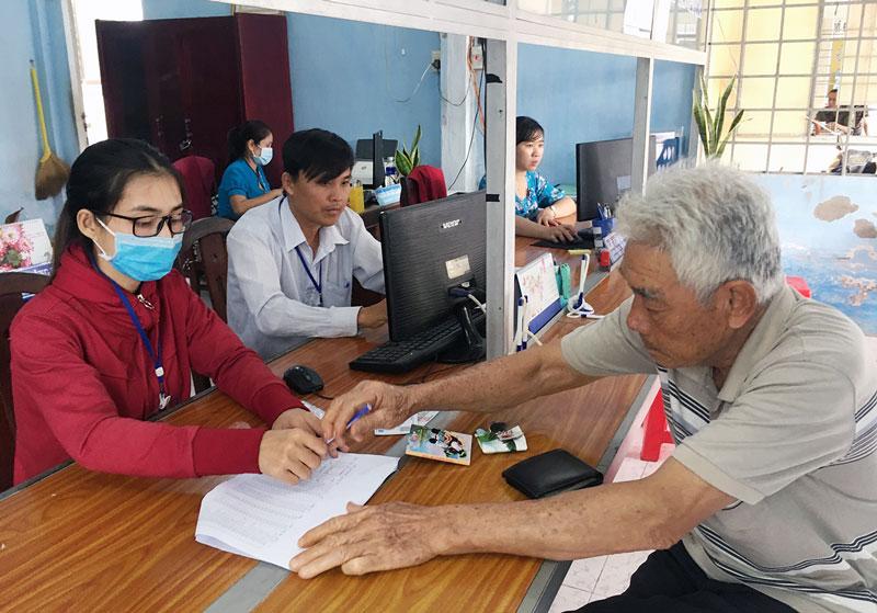 Người dân đến thực hiện thủ tục hành chính tại Bộ phận tiếp nhận và trả kết quả của UBND xã Tân Phú Tây.