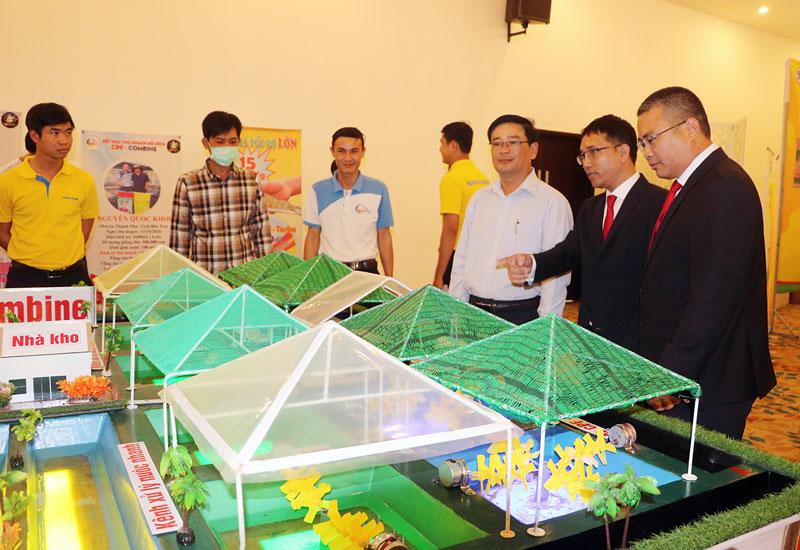 Đại biểu tham quan các mô hình thu nhỏ nuôi tôm công nghệ cao.