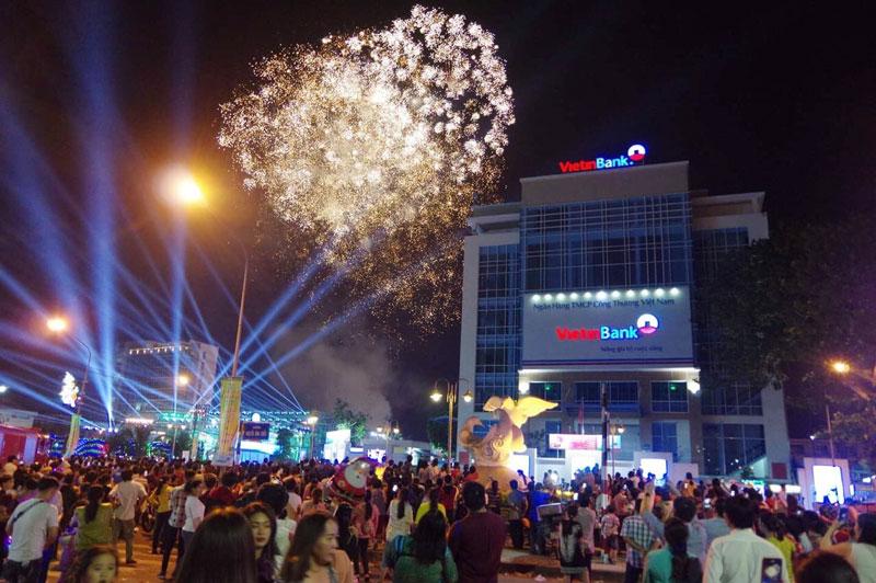 Bắn pháo hoa chào mừng năm mới.