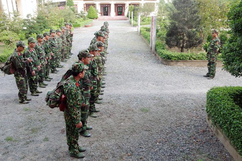 Chỉ huy trưởng Ban CHQS huyện Chợ Lách luyện tập hạ đạt mệnh lệnh hành quân.