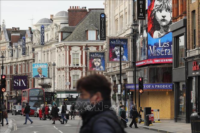 Người dân đeo khẩu trang phòng lây nhiễm COVID-19 tại London, Anh. Ảnh: THX/TTXVN