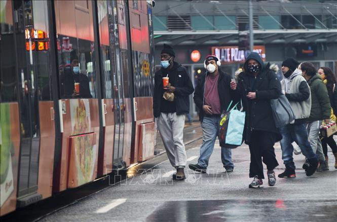 Người dân đeo khẩu trang phòng lây nhiễm COVID-19 tại Toronto, Canada, ngày 3-1-2021. Ảnh: THX/TTXVN
