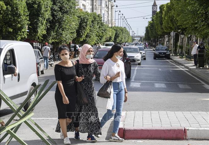 Người dân đeo khẩu trang phòng dịch COVID-19 tại Tunis, Tunisia ngày 4-10-2020. Ảnh: AFP/TTXVN
