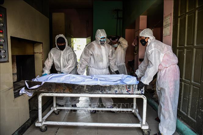 Chuyển bệnh nhân tử vong do COVId-19 tới nhà xác bệnh viện ở Manila, Philippines. Ảnh: AFP/TTXVN
