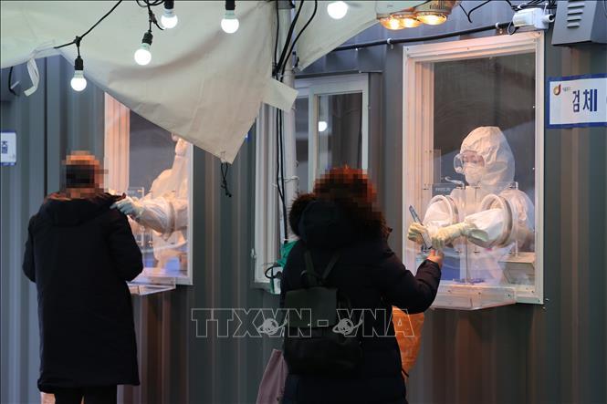 Nhân viên y tế lấy mẫu xét nghiệm COVID-19 tại Seoul, Hàn Quốc, ngày 11-1-2021. Ảnh: YONHAP/TTXVN