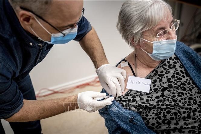 Nhân viên y tế tiêm vaccine phòng COVID-19 cho người dân tại Ishoj, Đan Mạch, ngày 27-12-2020. Ảnh: AFP/ TTXVN