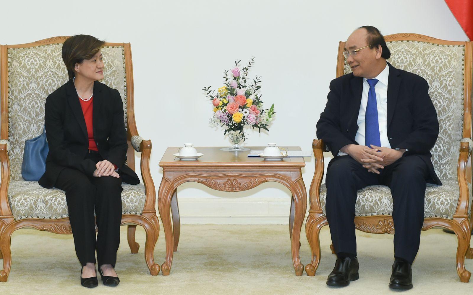 Thủ tướng Nguyễn Xuân Phúc tiếp Đại sứ Singapore, bà Catherine Wong chào từ biệt. Ảnh: VGP/Quang Hiếu