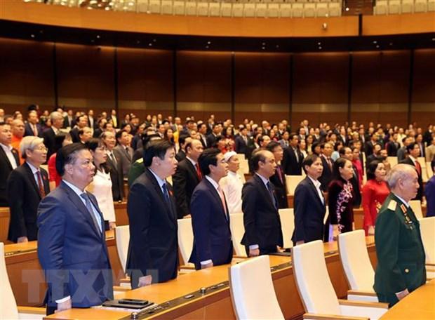 Các đại biểu thực hiện nghi lễ chào cờ tại một phiên họp. Ảnh: Thống Nhất/TTXVN