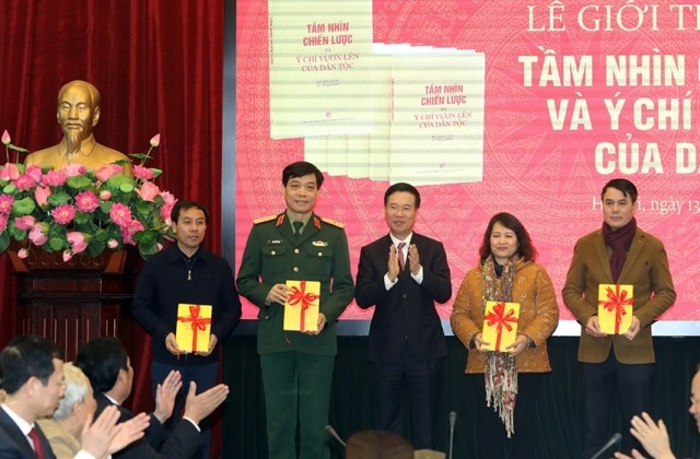 Ủy viên Bộ Chính trị, Bí thư Trung ương Đảng, Trưởng Ban Tuyên giáo Trung ương Võ Văn Thưởng trao tặng sách cho các đơn vị.