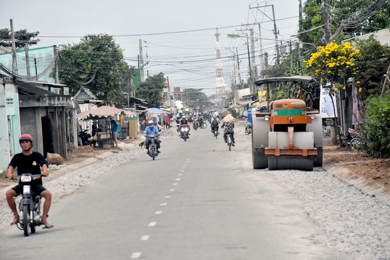 Thi công nâng cấp đường Thạnh Phú. Ảnh: Thu Huyền