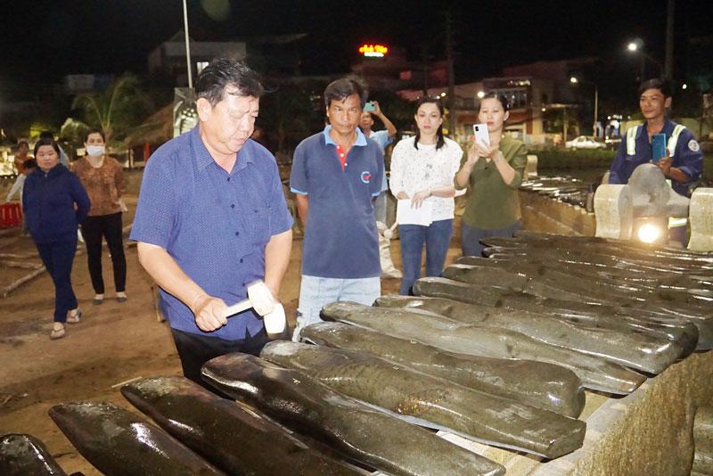 Nghệ nhân Trương Đình Chiếu trình diễn âm nhạc trên bộ đàn đá vừa được lắp đặt.