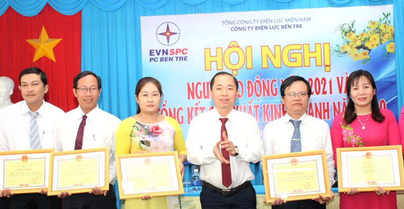 Giám đốc Công ty Điện lực Bến Tre Phạm Thanh Trúc trao giấy khen cho các tập thể.