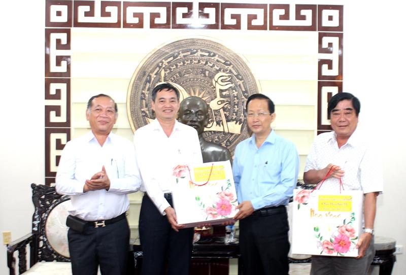 Đại diện lãnh đạo Tổng công ty Điện lực miền Nam, lãnh đạo UBND tỉnh trao quà lưu niệm.