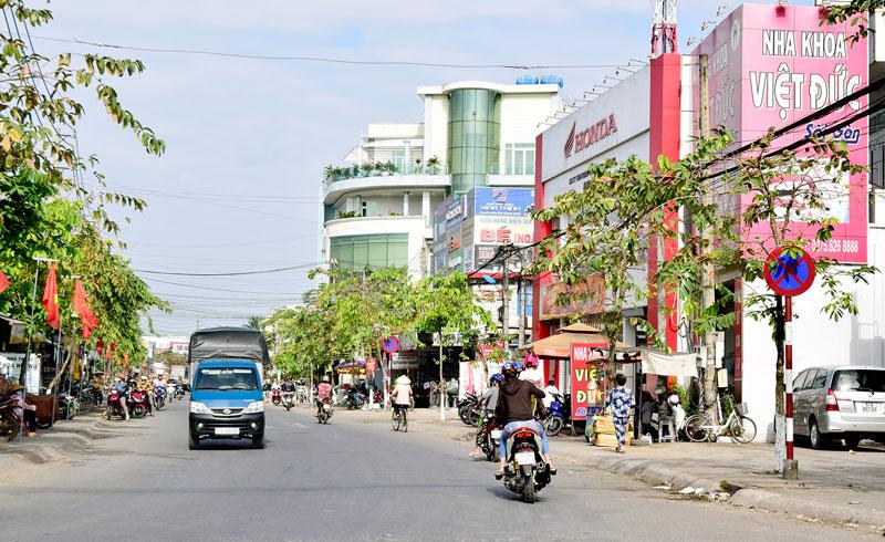 Một góc đường phố đô thị trung tâm thị trấn Mỏ Cày. Ảnh: Hà Hùng