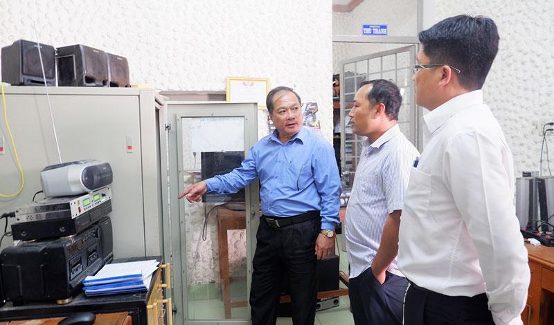 Phó giám đốc Sở Thông tin và Truyền thông Trịnh Văn Thịnh kiểm tra thiết bị phát thanh tại Trung tâm Văn hóa - Thể thao và Truyền thanh huyện.