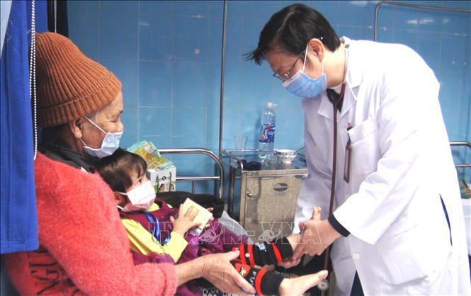 Người dân thực các biện pháp phòng dịch khi đến cơ sở y tế. Ảnh: TTXVN
