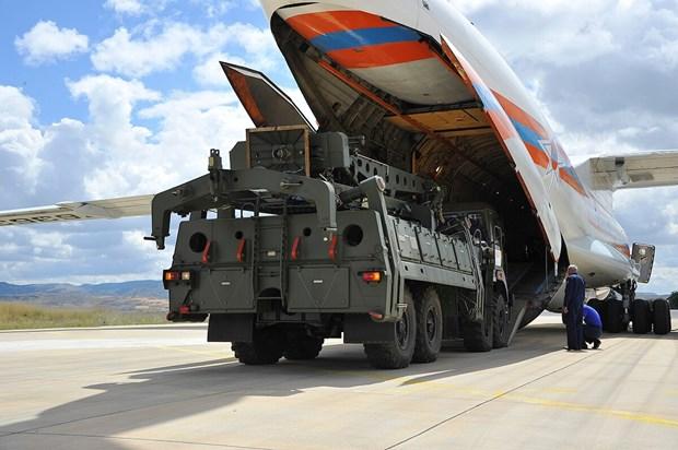 Thổ Nhĩ Kỳ tiếp nhận các bộ phận trong hệ thống S-400. (Ảnh: AP)