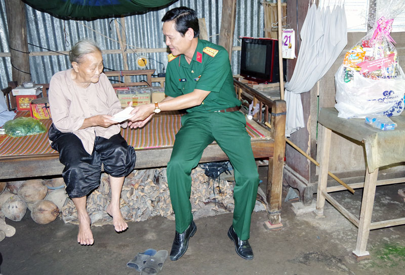 Đại tá Võ Văn Hội - Chỉ huy trưởng Bộ Chỉ huy Quân sự tỉnh thăm, tặng quà gia đình chính sách nhân kỷ niệm Ngày Thương binh, liệt sĩ. Ảnh: Đặng Thạch