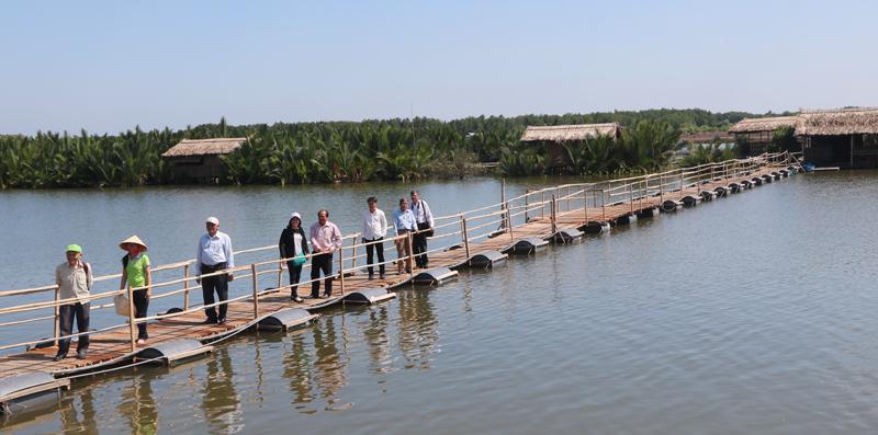 Tham quan Khu du lịch Người giữ rừng ở xã Thạnh Phước, huyện Bình Đại.