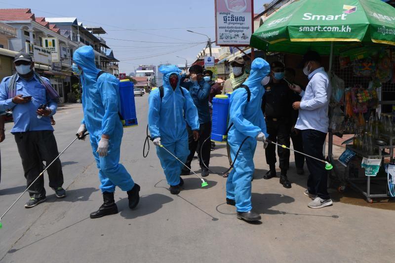 Phun thuốc phòng dịch COVID-19 tại Campuchia. Ảnh: The Star