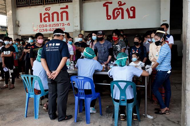 Người dân xếp hàng chờ xét nghiệm COVID-19 tại Samut Sakhon, Thái Lan. Ảnh: AFP/TTXVN