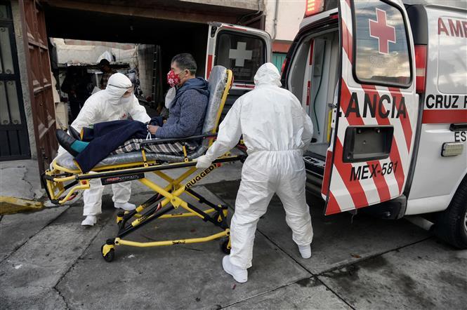 Chuyển bệnh nhân nhiễm COVID-19 tới bệnh viện ở Toluca, Mexico, ngày 8-1-2021. Ảnh: AFP/TTXVN