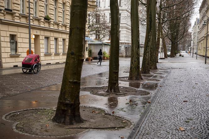 Cảnh vắng vẻ tại một tuyến phố ở Berlin, Đức trong bối cảnh các biện pháp hạn chế được áp dụng nhằm ngăn chặn sự lây lan của dịch COVID-19 ngày 12-1-2021. Ảnh: AFP/TTXVN