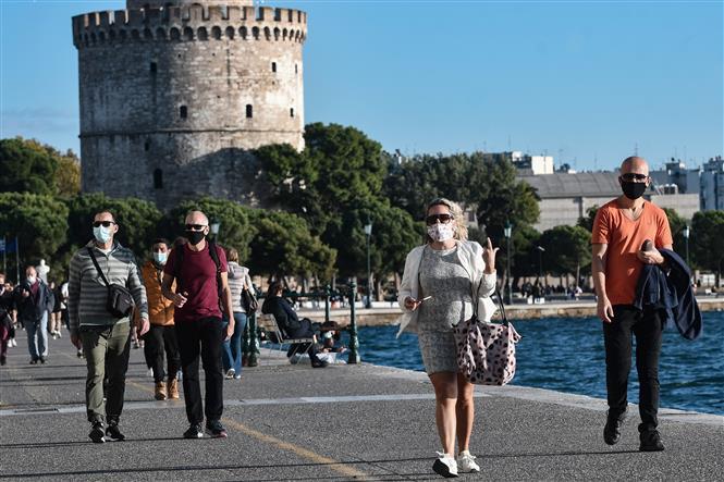 Người dân đeo khẩu trang phòng dịch COVID-19 tại Thessaloniki, Hy Lạp ngày 31-10-2020. Ảnh: AFP/TTXVN
