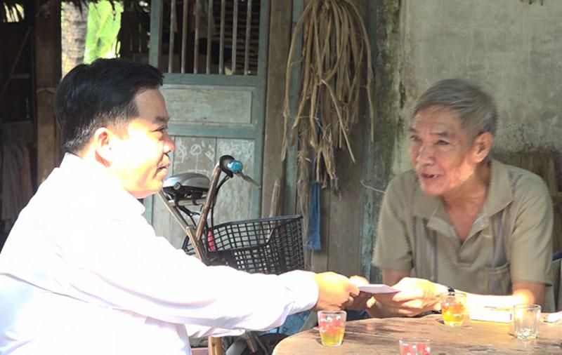 Phó bí thư Thường trực Huyện ủy thăm hỏi, tặng quà cho gia đình những người tham gia phong trào Đồng Khởi. Ảnh: Đức Cần