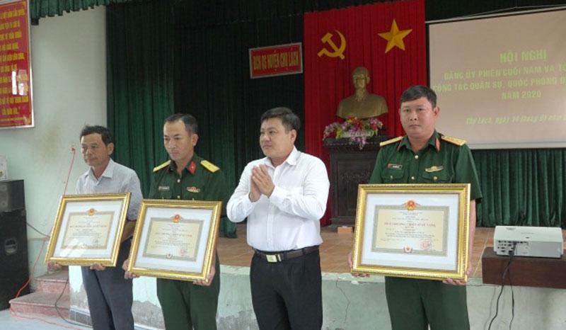 Trao Huy chương Quân kỳ quyết thắng và Chiến sĩ vẻ vang cho các cá nhân. Ảnh: Việt Cường