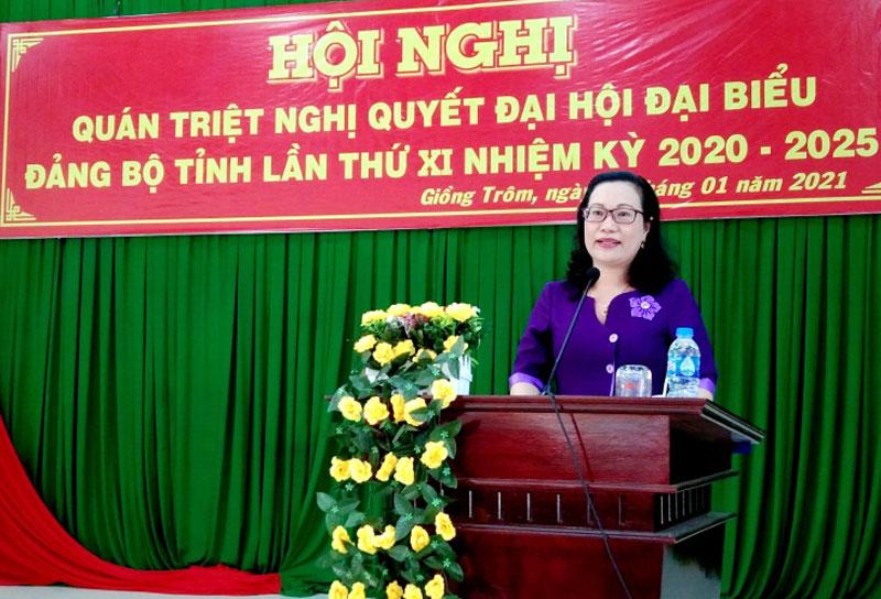 Bí thư Huyện ủy Nguyễn Trúc Hạnh phát biểu tại buổi triển khai. Ảnh: Huỳnh Lâm