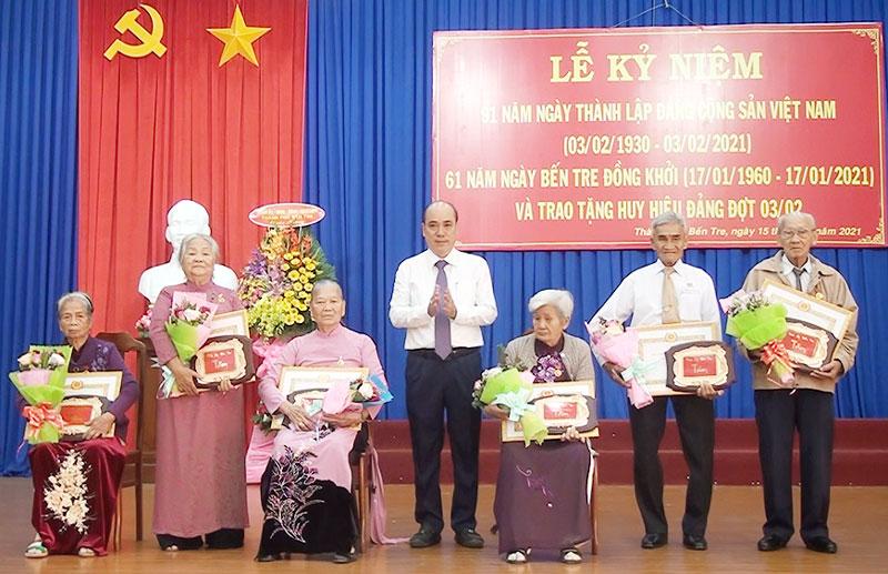Trao huy hiệu 60 năm tuổi Đảng cho các đảng viên.