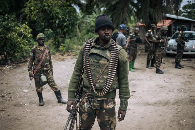 """Binh sĩ CHDC Congo tuần tra tại làng Manzalaho gần Beni sau vụ tấn công do nhóm vũ trang Hồi giáo mang tên """"Lực lượng dân chủ đồng minh"""" (ADF) tiến hành ngày 18-2-2020. Ảnh tư liệu: AFP/TTXVN"""