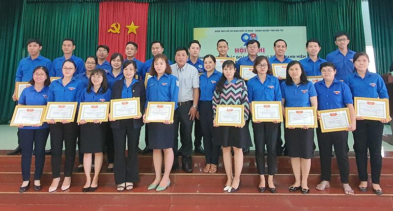 Các tập thể tiêu biểu, hoàn thành xuất sắc nhiệm vụ năm 2020 được nhận giấy khen cấp Đoàn Khối.