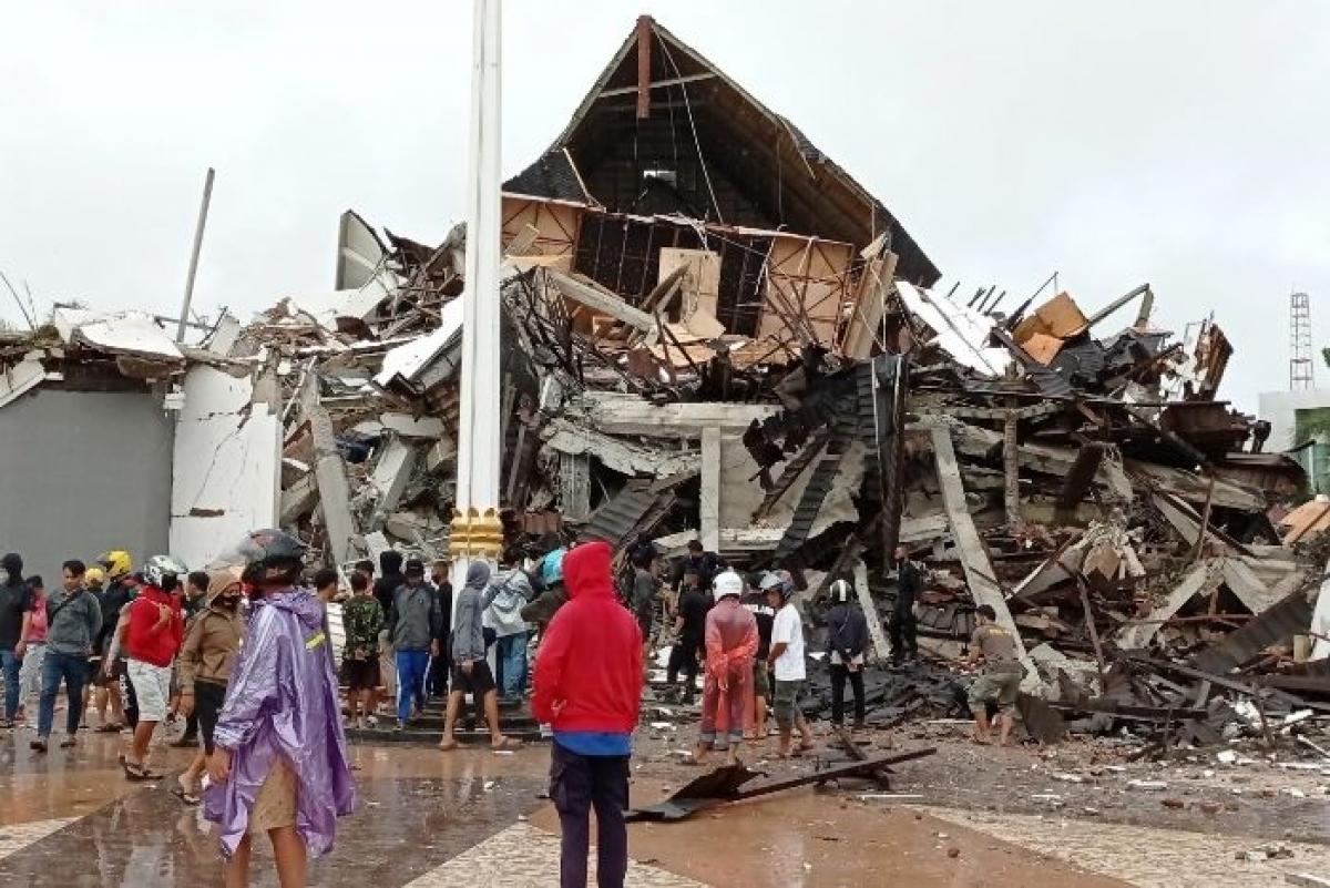 Tòa thị chính Tây Sulawei sụp đổ hoàn toàn. Nguồn: Antara foto