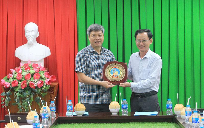 Phó chủ tịch UBND tỉnh Nguyễn Minh Cảnh tặng biểu trưng Đồng Khởi cho lãnh đạo tỉnh Quảng Nam.