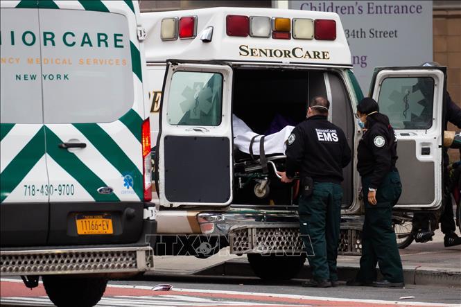 Chuyển bệnh nhân nhiễm COVID-19 tới bệnh viện ở New York, Mỹ. Ảnh: THX/TTXVN
