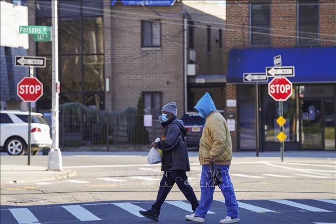 Người dân đeo khẩu trang phòng lây nhiễm COVID-19 tại New York, Mỹ ngày 9-1. Ảnh: THX/TTXVN