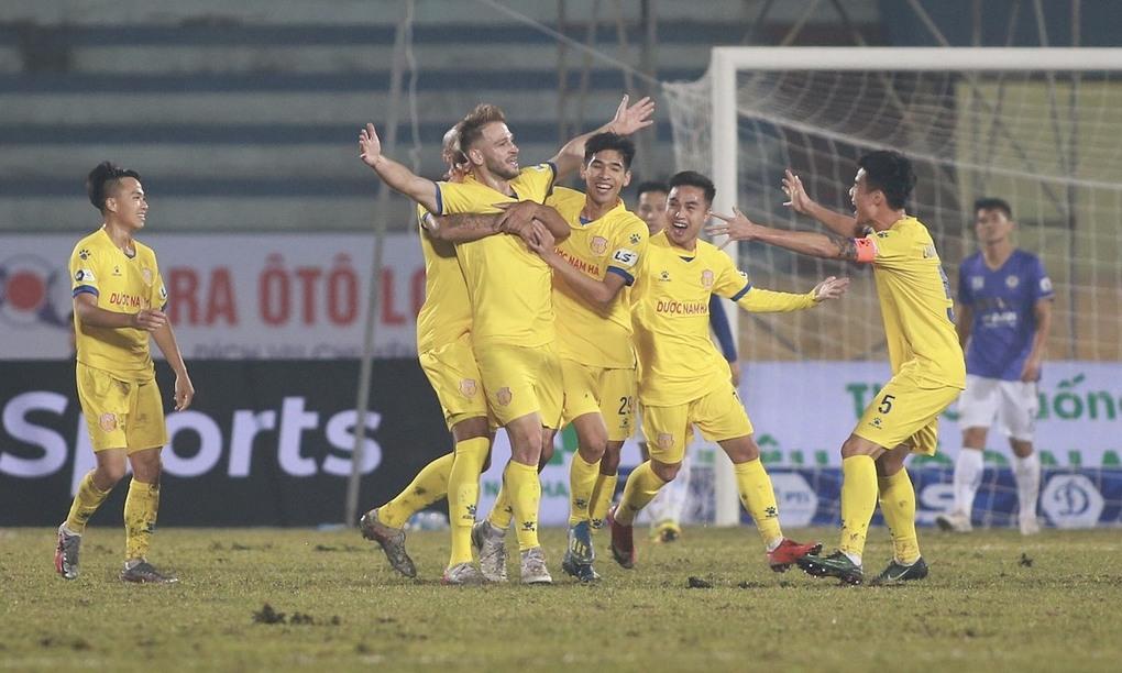 Gramoz chia vui cùng đồng đội sau khi mở tỷ số trận đấu. Ảnh: Lâm Thoả
