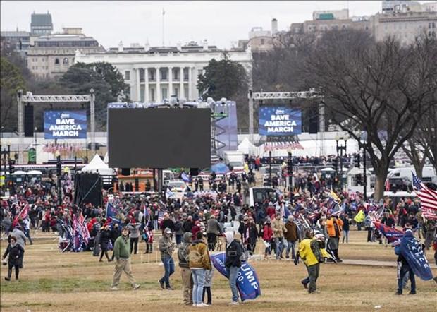 Người biểu tình tập trung bên ngoài tòa nhà Quốc hội Mỹ ở Washington, DC ngày 6-1-2021. (Ảnh minh họa: THX/TTXVN)