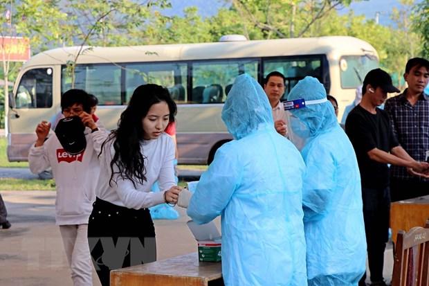 Công dân về từ Pháp rửa tay sát khuẩn tại khu cách ly tập trung. Ảnh: Thanh Hải/TTXVN