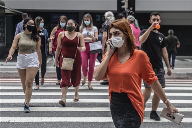 Người dân đeo khẩu trang phòng dịch COVID-19 tại Sao Paulo, Brazil ngày 11-1-2021. Ảnh: THX/TTXVN